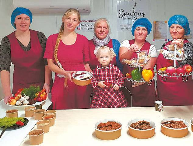 Smilgių ūkio šeima. Iš kairės: Raimonda Knoknerienė, Ieva Smilgienė, Onutė Smilgienė, Smiltė Smilgytė, Rita Rančelienė, Reda Brinevičienė.