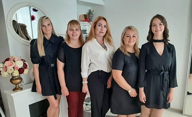 Prieš metus Kalvarijoje atidarytame centre dirba profesionalios specialistės (iš kairės): limfodrenažo procedūrų meistrė Saida, kirpėja Lina, kosmetologė Natalija, centro vadovė Sigita, masažuotoja Reda.