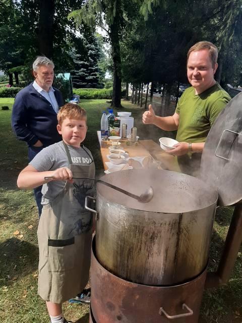 Ąžuolas ir jo krikštatėvis Povilas gardžią sriubą sakė virė net 10 valandų, o šventei dar neįpusėjus išdalijo daugiau kaip 400 dubenėlių.