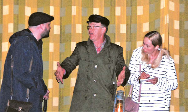 """""""Vaiduokliai vienkiemyje"""": Jaunutis Skirka (centre) dabar jau vienintelis iš senosios komandos. Jis – teatro seniūnas, padeda auginti jaunus artistus."""
