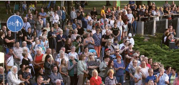 """Ne tik į paskutinį koncertą marijampoliečiai rinkosi taip gausiai – kasmetės muzikos šventės turi nuolatinių klausytojų, įsitaisančių ir """"savo"""" vietose..."""