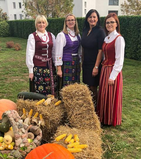 Globos namų kiemelyje, kur gražiomis rudens gėrybėmis gali pasidžiaugti ir gyventojai, Aušra Kupčinskienė (trečia iš kairės) su socialinėmis darbuotojomis Viktorija Žukauskiene, Lina Rudzevičiene ir Alma Daubariene.