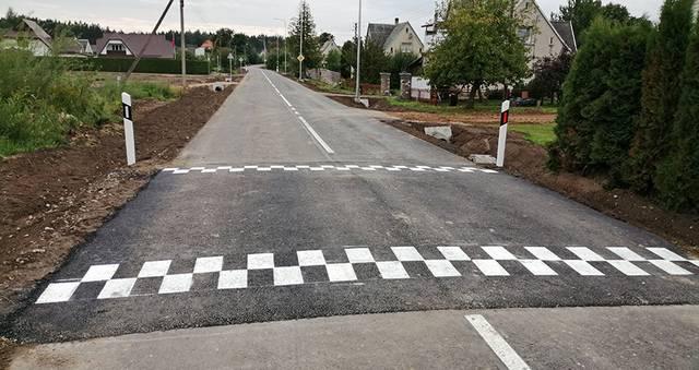 Ąžuolų gatvės gyventojai džiaugiasi asfaltu.