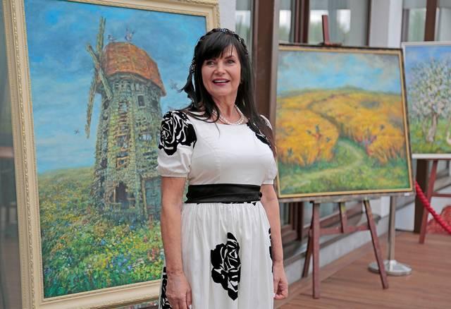 B. Jakštienė-Šniaukštienė ir spalvingi jos darbai.