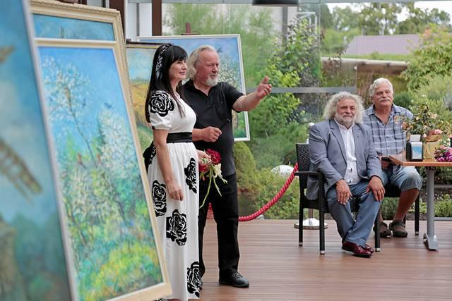 Menininkės drobėmis džiaugėsi šakiečiai (iš kairės) V. Daniliauskas, V. Cikana ir dailininkas Algimantas Vorevičius.