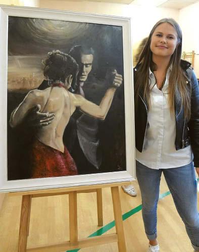 Dailininkė Justina Zigmantaitė prie savo kūrinio.