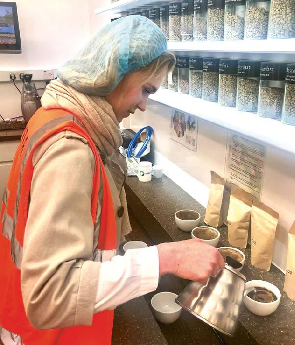 Ekologiškos kavos degustacija Londone, renkantis tinkamiausias pupeles kuriamam prekės ženklui.