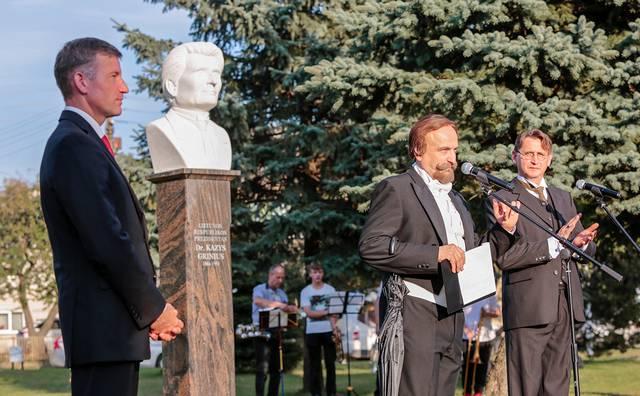 Prie paminklo dr. K. Griniui – meras Mantas Varaška ir  dvi iškilios asmenybės: prezidentai A. Smetona ir K. Grinius.