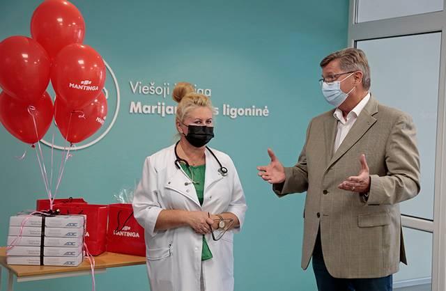 """Vaikų ligų skyriaus vedėja Irma Kopcikienė džiaugėsi UAB """"Mantinga"""" vadovo Klemenco Agento nuolatine parama."""