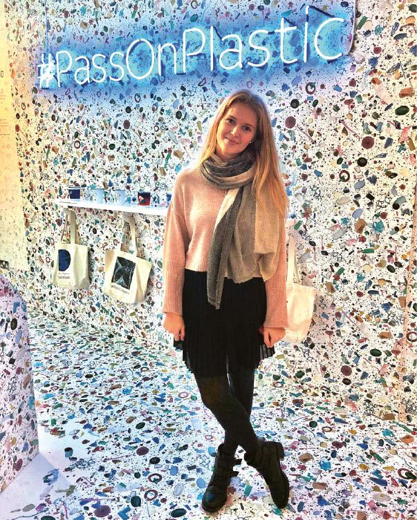 Ieva Kazakevičiūtė Londone vykusioje parodoje apie plastiko taršą ir jo įtaką mus supančiai aplinkai.