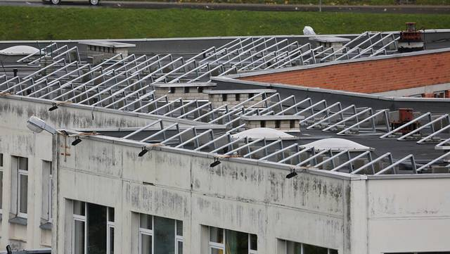 """""""Šaltinio"""" progimnazijos stogas jau paruoštas elektrinės montavimui."""