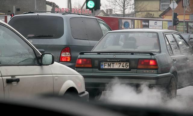 Paskatinus daugiau gyventojų naudotis viešuoju transportu turėtų mažėti oro užterštumas.