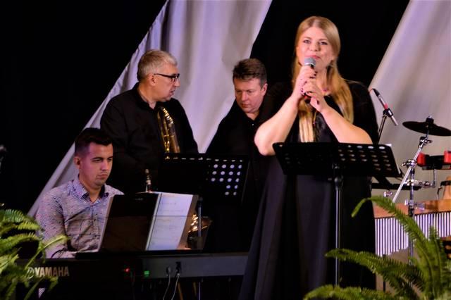 Loreta Sungailienė ir džiazo grupė vedžiojo liaudies dainų ir instrumentinių improvizacijų takais...