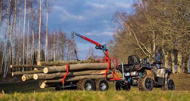 Keturratis su tokia priekaba gali nesunkiai vežti medieną.