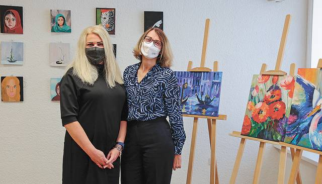 Psichikos sveikatos centro lankytojų darbų parodą atidarė Rūta Burbienė ir Dženita Sabašinskienė. Dešinėje – gyd. Rūtos nutapyti paveikslai.