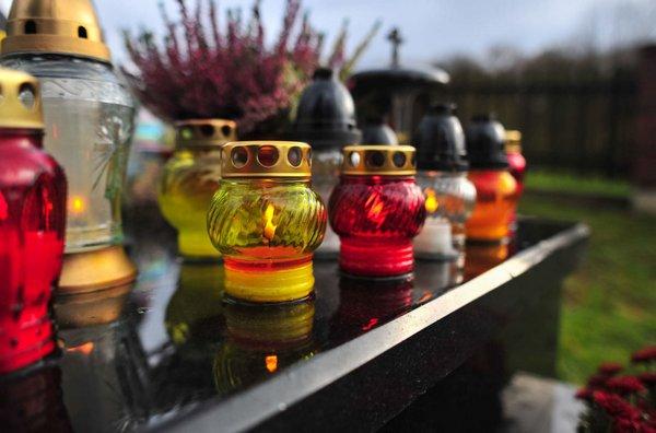 Mažiau žvakių ir dirbtinių gėlių kapuose – mažiau atliekų sąvartynuose